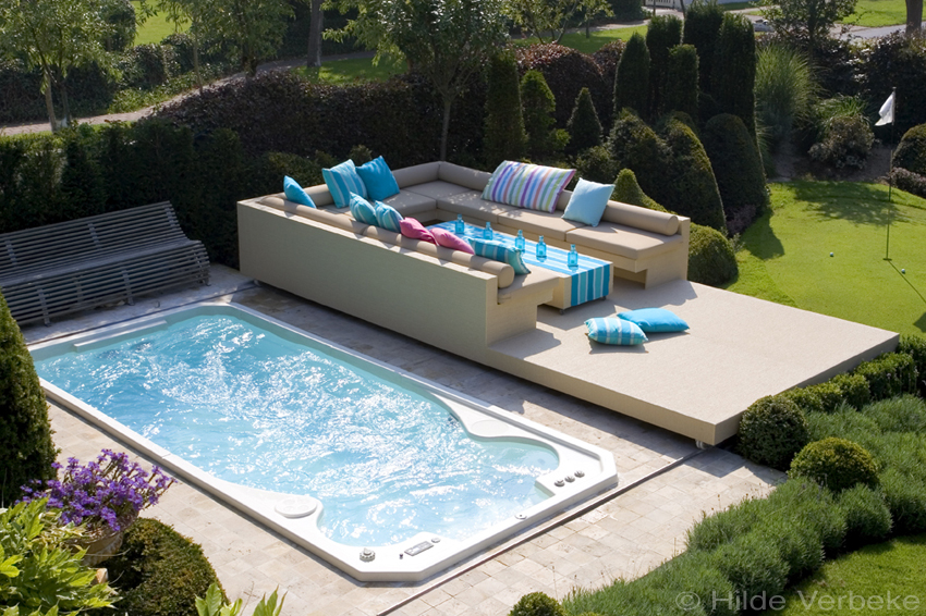 swimspa met afdekcover die gebruikt wordt als lounge terras. Black Bedroom Furniture Sets. Home Design Ideas