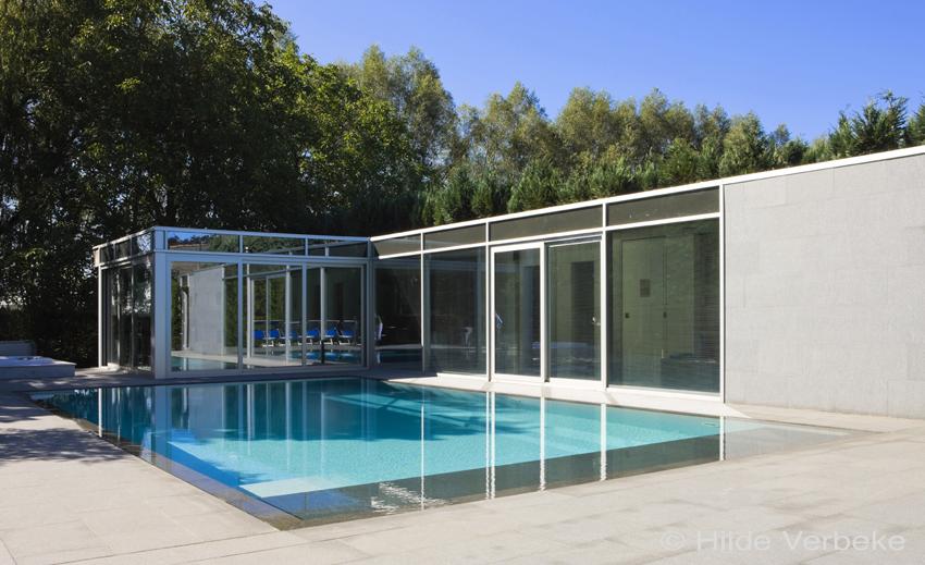 Design poolhouse bestaande uit constructie van glas en for Binnenzwembad bouwen