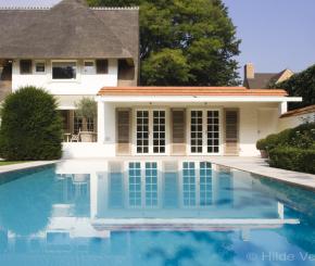 Betonnen overloop zwembad bouwen bouwkundig luxe zwembad for Binnenzwembad bouwen