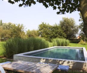 Betonnen luxe moza ek zwembad naast poolhouse in landelijke stijl de mooiste zwembaden - Zwarte pool liner ...