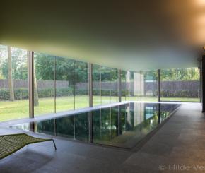 Design binnenzwembad, betonnen overloop zwembad aangelegd door West-Pool