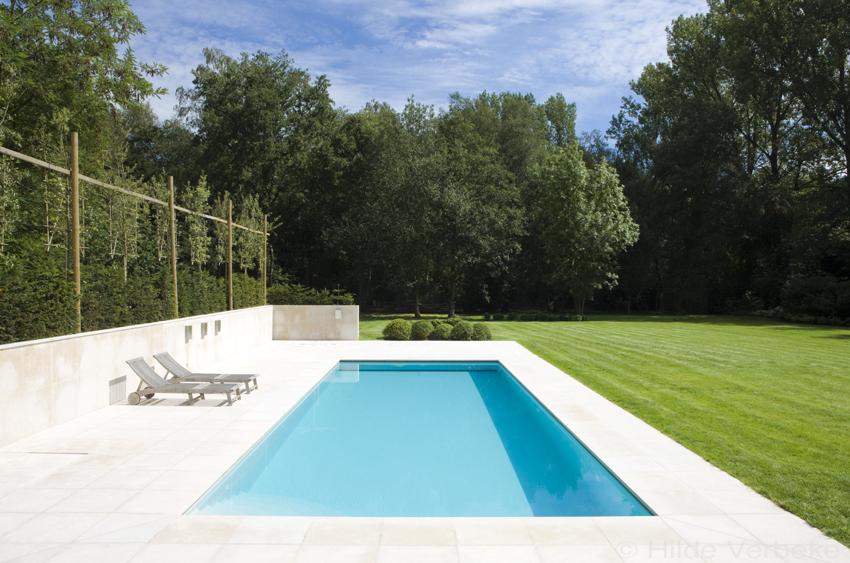 Buitenzwembad betonnen zwembad bij moderne woning de for Buitenzwembad aanleggen