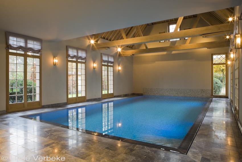 Binnenzwembad overloopzwembad bekleed met mosa ek met for Binnen zwembaden
