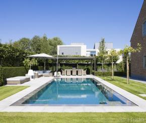 Onderloopzwembad met borrelplaat in tuin van strakke moderne woning de mooiste zwembaden - Zwarte pool liner ...