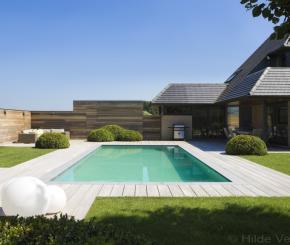 Prachtige poolhouse in landelijke stijl met stalen deuren - Zwarte pool liner ...