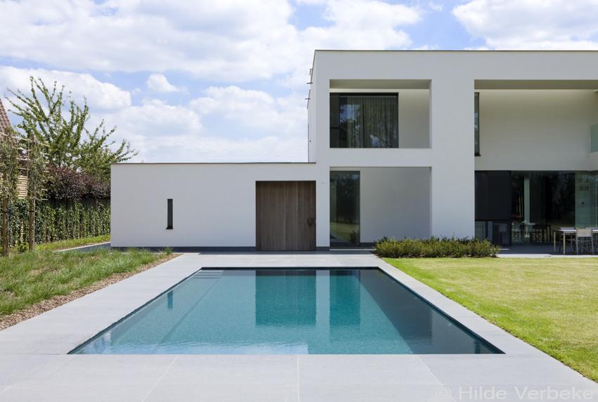 Onderloopzwembad Met Borrelplaat In Tuin Van Strakke Moderne Woning