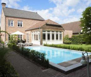 Buitenzwembad voorgevormd zwembad polyester zwembad in for Landelijke tuin aanleggen