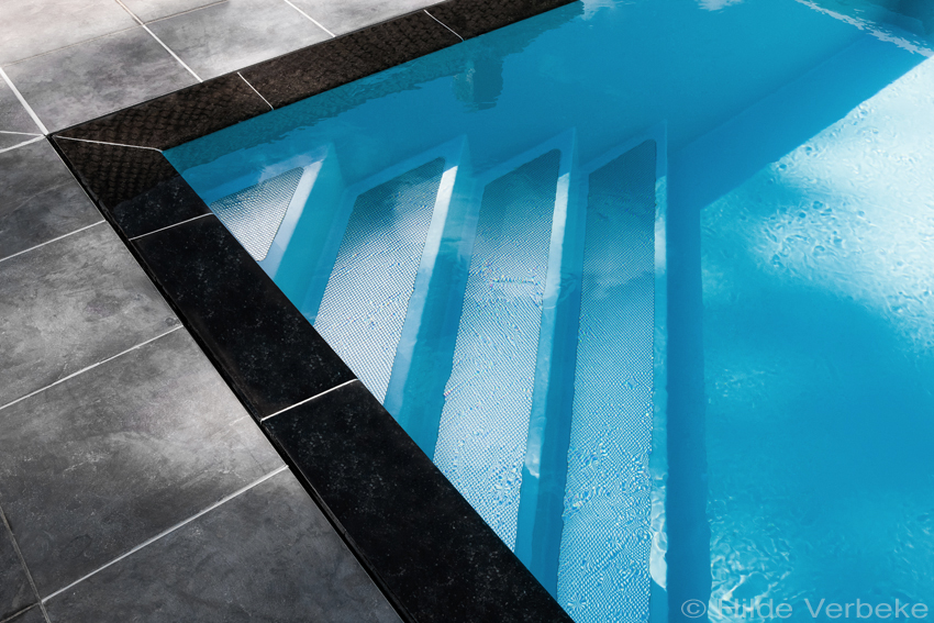Prachtig overloopzwembad in monoblock polyester zwembad for Piscine reflea