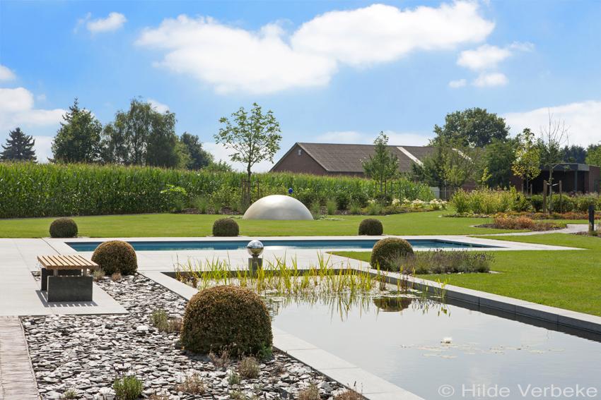 Voorgevormd zwembad in prachtige grote tuin keramisch for Afmetingen zwembad tuin