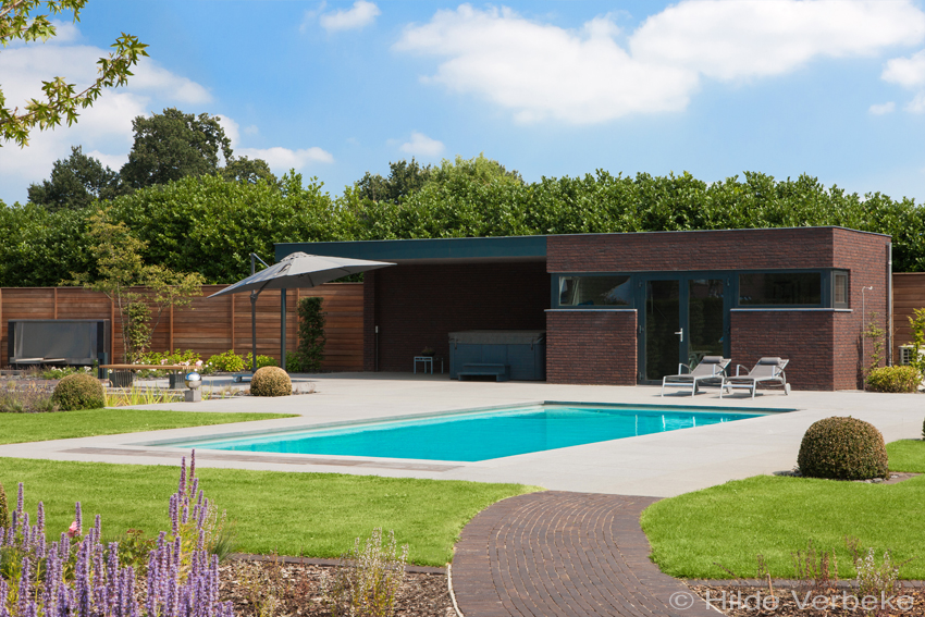 Voorgevormd zwembad in prachtige grote tuin buitenzwembad for Afmetingen zwembad tuin
