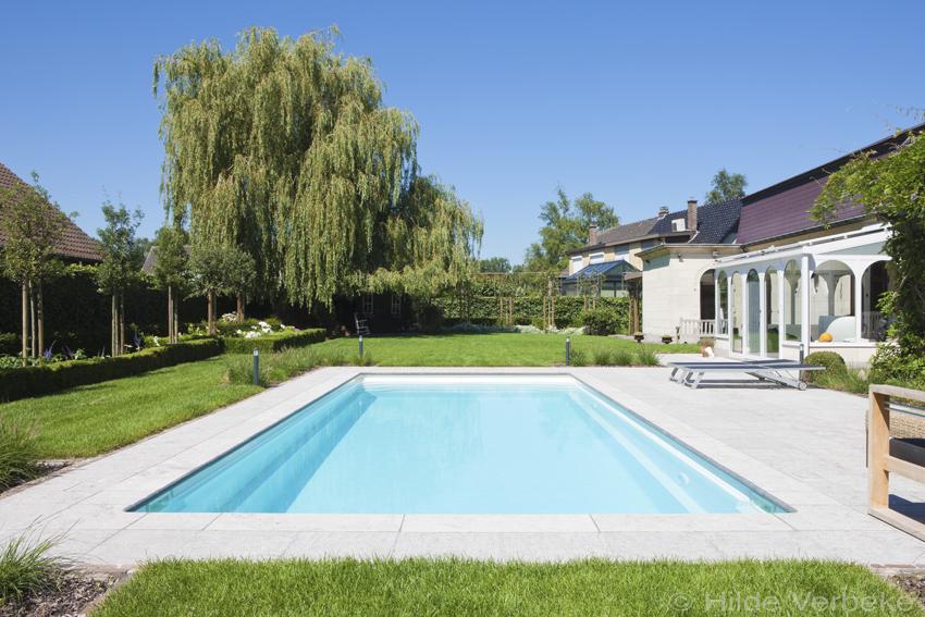 aanleggen zwembad buitenzwembad in mooi aangelegde tuin