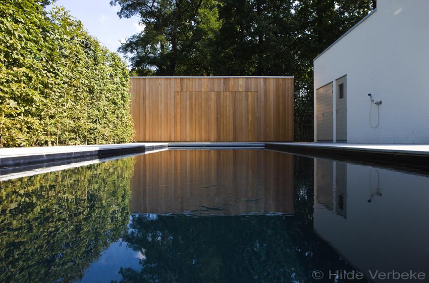 Betonzwembad met zwarte liner skimmer zwembad bij minimalistische
