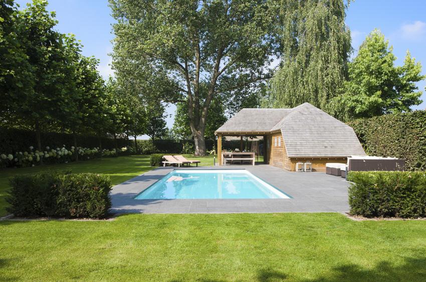 Exclusief buitenzwembad met luxe poolhouse monobloc for Buitenzwembad aanleggen