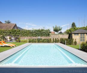 Witte starline monoblock naast strakke poolhouse in kleine tuin de mooiste zwembaden - Witte pool liner ...