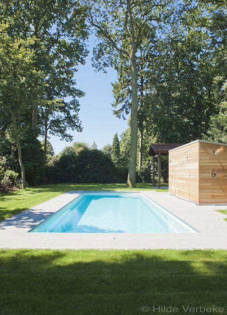 Buitenzwembad in bosrijke omgeving voorgevormd zwembad for Zwembad houtlook