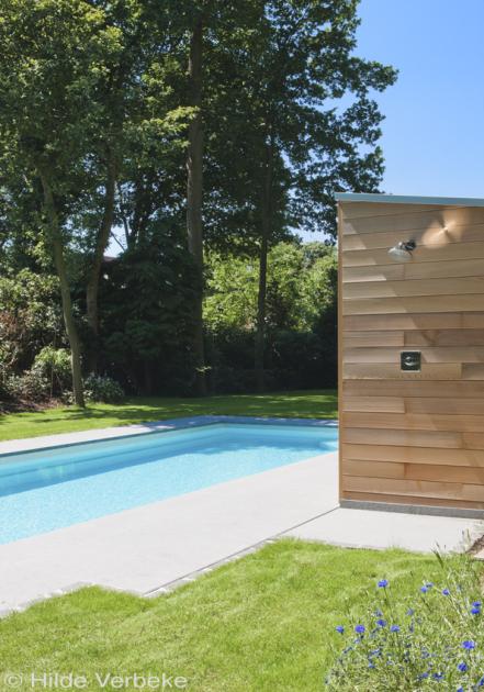 Buitenzwembad in bosrijke omgeving voorgevormd zwembad met automatisch rolluik de mooiste - Zwembad omgeving ...
