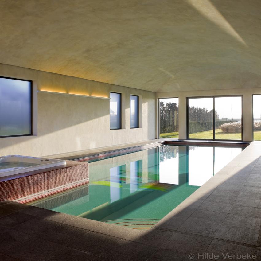 Exclusief betonnen binnenzwembad met een speciaal motief for Binnen zwembaden