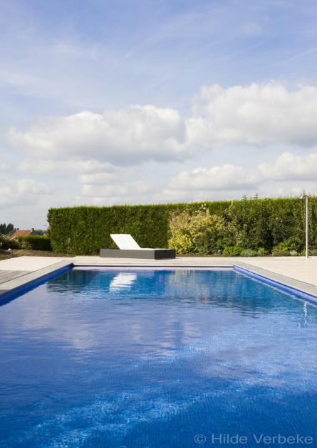 Betonnen zwembad aanleggen buitenzwembad in felblauwe for Buitenzwembad aanleggen