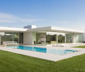 Betonnen luxe moza ek zwembad naast poolhouse in landelijke stijl de mooiste zwembaden - Witte pool liner ...