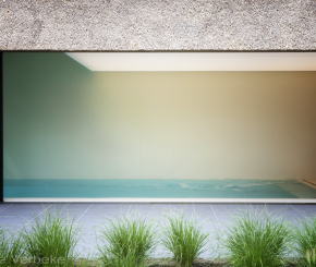 Exclusief binnenzwembad bekleed met witte keramische tegels aangelegd door West-Pool