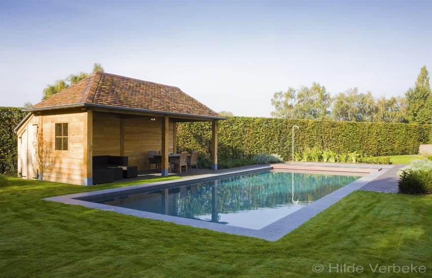 Skimmer zwembad bekleed met liner naast houten poolhouse - Witte pool liner ...