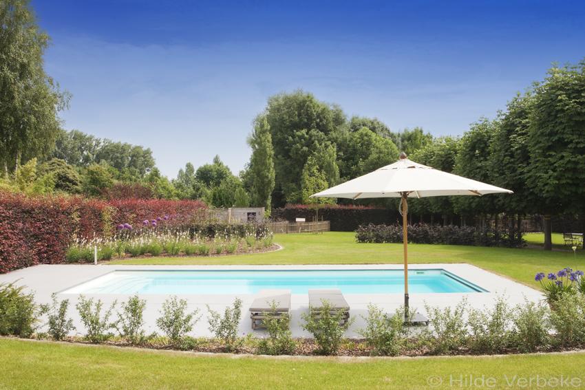 Starline monoblok zwembad aangelegd in prachtige tuin