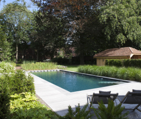 Biologisch zwembad met terras in padoek aanleggen