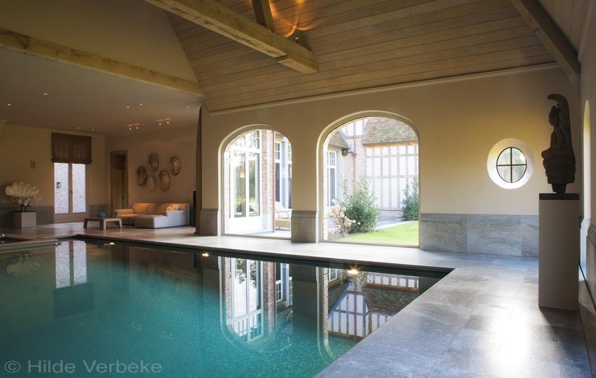 Betonnen binnenzwembad met bouwkundige spa wellness zwembad