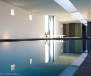 Bouwkundig binnen zwembad aanleggen voorzien van LED onderwaterverlichting