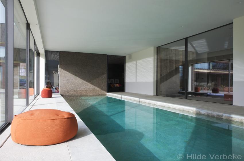 Binnenzwembad met nzelfde natuursteen bekleding for Binnenzwembad bouwen