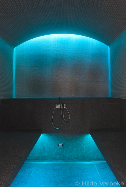 Luxe stoombad bekleed met mozaïek en voorzien van LED sfeerverlichting, stoombad bouwen