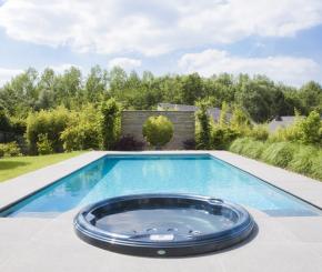 Betonnen onderloop zwembad met geïntegreerde spa
