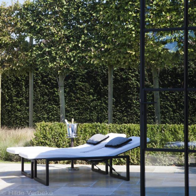 Luxe betonnen zwembad betegeld in moza ek met landelijke poolhouse - Zwembad betegeld grijs ...