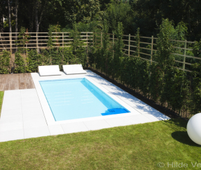 Luxe betonnen zwembad bekleed met polyester voorzien van zwevende trap