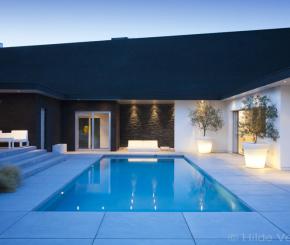 Luxe betonnen buitenzwembad met exclusieve poolhouse