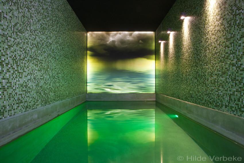 Binnenzwembad aanleggen, betonnen zwembad met sfeervolle wandverlichting, Mona Visa