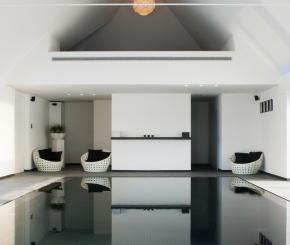 Strakke witte betonnen poolhouse met wellness gedeelte de mooiste zwembaden - Zwarte pool liner ...
