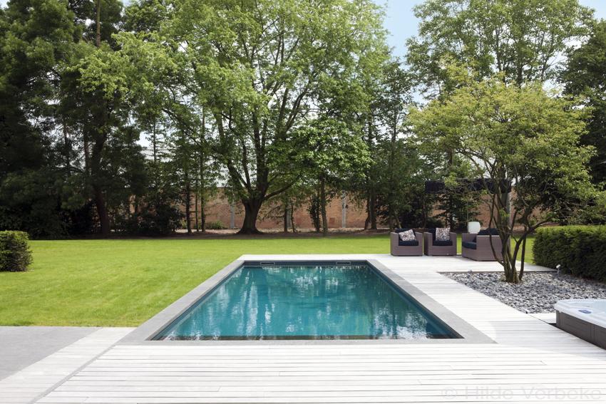 Betonnen skimmer zwembad bekleed met folie aanleggen padouk terras - Terras met zwembad ...
