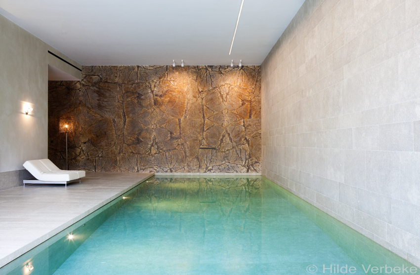 Betonnen binnenzwembad afgewerkt met exclusieve marmer luxe zwembad aanleggen - Luxe marmer ...