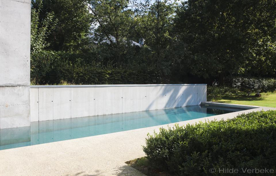 Buitenzwembad in zichtbeton prijs zwembad bouwen de for Zwembad houtlook