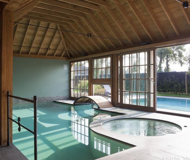 Luxe buiten en binnenzwembad aanleggen houten poolhouse for Buitenzwembad aanleggen