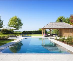 Luxe overloopzwembad bekleed met natuursteen, demooistezwembaden.be