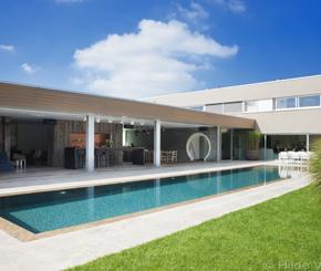 betonnen buitenzwembad bekleed met natuursteen