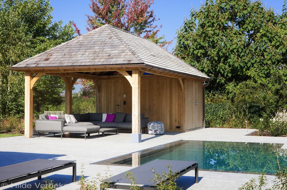 houten poolhouse met outdoor design meubilair, lounge ruimte in je poolhouse