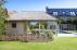 Houten poolhouse met achterwand in glas, landelijke poolhouse