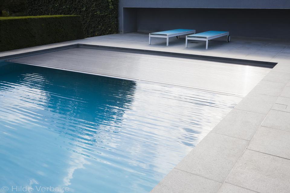 roldek afsluiting van een betonnen zwembad