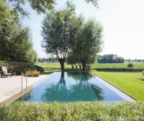 Overloop zwembad met plage aangelegd door Bob Monteyne zwembadbouwer West-Vlaanderen