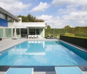 Driesan zwembaden Deconinck, zwembadbouwer uit West-Vlaanderen, zorgde voor de aanleg van dit betonnen foliezwembad