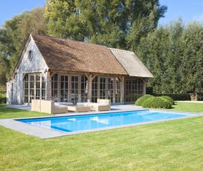 polypropyleen buitenzwembad met exclusieve houten poolhouse