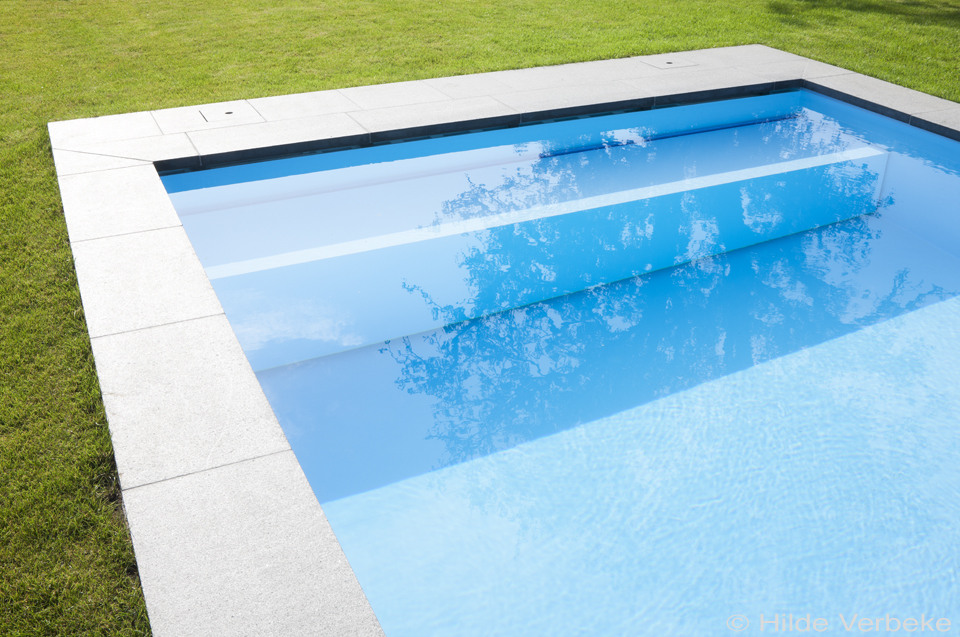 Rolluikbak van polypropyleen buitenzwembad, aangelegd door Ideal Pool
